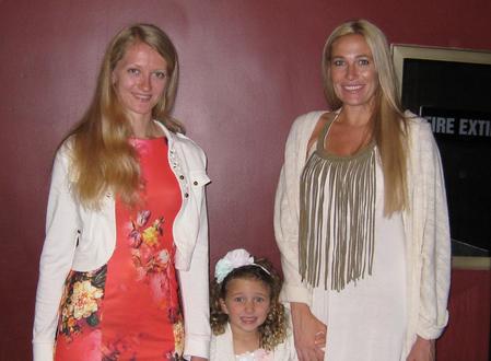 Desiree Wallis女士(右)带着五岁的女儿和家教一同观看神韵。(方圆/大纪元