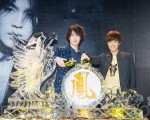 """中国歌手刘凤瑶(左)3月28日在台北出席首张同名专辑""""First Finn""""发片记者会,师兄吴克群(右)送上金凤凰。(陈柏州/大纪元)"""