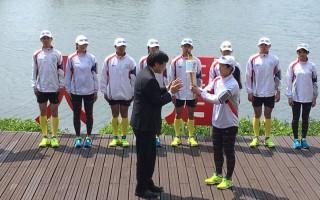 28日,全大運聖火交給體育署王漢忠主任祕書(左)。(臺東大學提供)