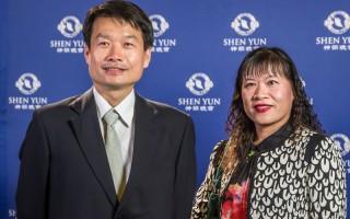 嘉义高级家事职业学校校长杨世圳(左)表示,神韵让他全身充满正向能量。(王嘉益/大纪元)