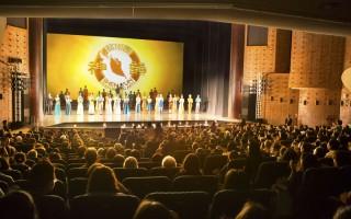 2016年3月29日下午,神韵世界艺术团在嘉义县表演中心第二场演出,门票早已售罄,再度上演大爆满盛况,图为演员谢幕。(陈霆/大纪元)