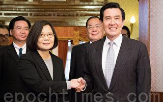 總統馬英九(前右)與總統當選人蔡英文(前左)「雙英會」30日在台北賓館舉行,雙方除了交接事宜外,也就外交、南海及台灣人民關切的教育及年金等問題交換意見。(陳柏州/大紀元)
