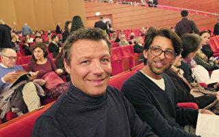 著名古玩店老板Gianluca Andreotti(左)和朋友非常喜爱神韵。(文华/大纪元)