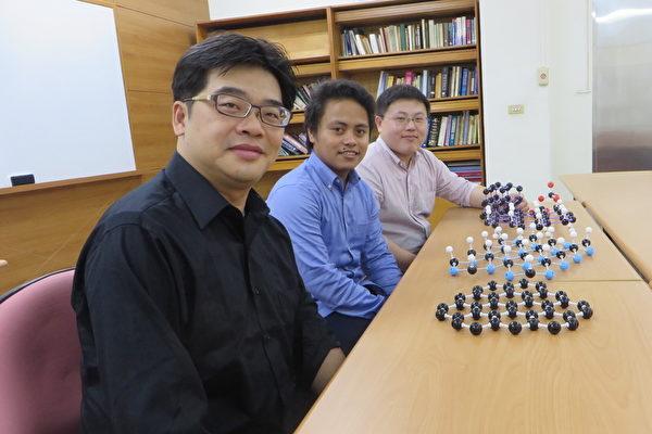菲籍博士生克里斯(圖中)與系主任莊豐權(左)、博士後研究員許嘉修合照。(中山大學提供)