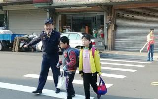 新竹县为保护学童安全,警方与学校配合,加强校园内外安全维护工作。(新竹县警察局)