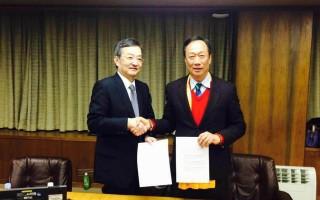鸿海董事长郭台铭(右)与夏普社长高桥兴三(左)今年2月曾见面洽谈签约,后来鸿海因为收到夏普的或有负债清单,而暂缓签约。(鸿海)