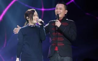 2016年3月26日,張信哲在台北小巨蛋舉行「还愛光年」演唱會上,邀請徐佳瑩一起對唱《有一點動心》。(大大娛樂提供)