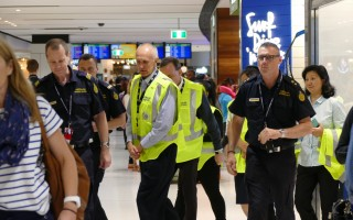 29日悉尼国际机场的澳洲边境部(Australian Boarder Force)员工准备开始工作。(安平雅/大纪元)