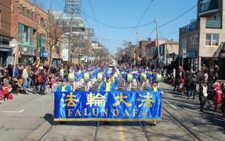 二零一六年三月二十七日,由一百多名法轮功学员组成的多伦多天国乐团应邀参加了多伦多一年一度的复活节游行,沿途受到中西方观众欢迎。(明慧网)