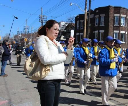 图5:来之福建的陈女士在给多伦多天国乐团录像。(明慧网)