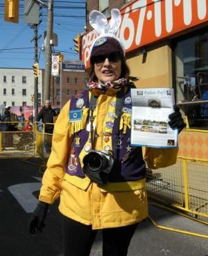 """图9:游行主办方负责人之一的Carol Mccague说:""""我们真的很喜欢天国乐团,希望腰鼓队明年也能来参加。""""(明慧网)"""
