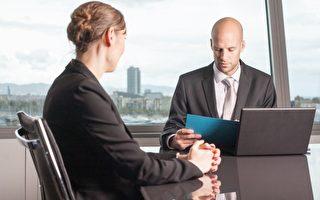 美国劳动力市场女性薪资普遍低于男性是存在已久的问题,根据人口普查局的数据,目前女性的工作收入大约仅及男性的八成。图为企业主管正在评估女性员工。(Fotolia)