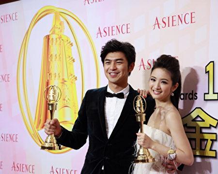 陈柏霖(左)与林依晨在2012年金钟奖颁奖典礼上。(黄棕茂/大纪元)