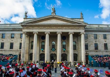 爱尔兰首都都柏林3月27日举行盛大阅兵活动,庆祝1916年起义反抗英国统治100年周年纪念。图为受阅队伍经过当时起义的指挥中心邮政大楼。(Getty Images)