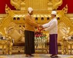 新总统吴廷觉(左)在总统府从卸任总统吴登盛手中接过印信。(AFP/Getty Images)