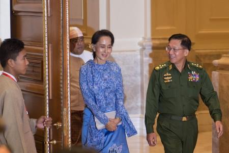 昂山與敏昂萊(右)出席了總統就職儀式。後者3天前在年度閱兵時承諾,會讓緬甸繼續「走民主道路」。(AFP/Getty Images)