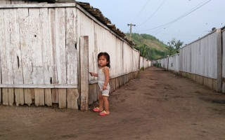 联合国世界粮食计划署(WFP)表示,今年第三季度,朝鲜平均每天仅向每位居民供应了300克的粮食。这一数字仅为联合国规定的每人每天最少摄取量(600克)的一半水平。(Xiaolu Chu/Getty Images)