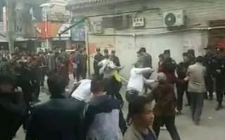 3月22日,河南汝州市温泉镇温泉村数百名村民大战强拆队,赶跑由警察、打手组成的近200人的强拆大军,5名村民受伤。(网络图片)
