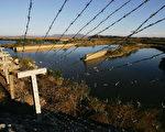 朝鲜现任独裁者金正恩为了阻止民众脱北,不惜剥夺居民用电,在中朝边境竖起一道高压电网。 (Photo by Cancan Chu/Getty Images)