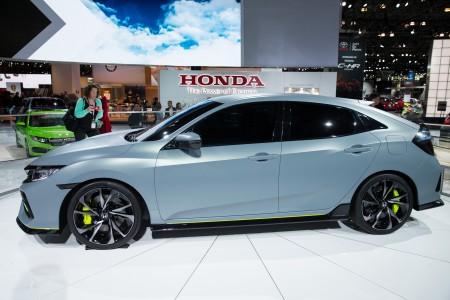 2016紐約國際車展內部新車發佈會3月23日開啟,為期兩天的發布會將有20餘家車廠現場揭開其最新車款的面紗。圖為2017 本田CIVIC 掀背。(戴兵/大紀元)