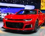 2016紐約國際車展內部新車發佈會3月23日開啟,為期兩天的發布會將有20餘家車廠現場揭開其最新車款的面紗。圖為2017 雪佛萊 Camaro ZL1。(戴兵/大紀元)