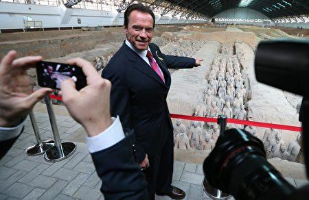 秦始皇兵馬俑是中華民族寶貴的遺產,令外國政要景仰。圖為2013年12月5日,前加州州長、演藝明星施瓦辛格在西安參觀兵馬俑。(STR/AFP/Getty Images)