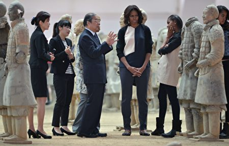 秦始皇兵馬俑是中華民族寶貴的遺產,令外國政要景仰。圖為2014年3月24日,美國第一夫人米歇爾帶著女兒在西安參觀秦始皇兵馬俑。(PETER PARKS/AFP/Getty Images)