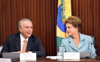 巴西副总统泰梅尔(左)所属政党巴西民主运动党,与工党政府决裂的可能性加大,提高总统罗赛芙(右)遭国会弹劾的概率。 (EVARISTO SA/AFP/Getty Images)