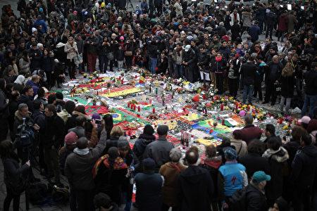 全国各地政府机关、学校和居民為在恐襲案中遇難者悼念。 (Christopher Furlong/Getty Images)