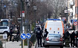 周五(3月25日),比利时布鲁塞尔警方在斯哈尔贝克(Schaerbeek)继续展开突袭围捕行动。(PATRIK STOLLARZ/AFP/Getty Images)