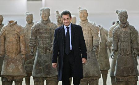 秦始皇兵馬俑是中華民族寶貴的遺產,令外國政要景仰。圖為2007年11月25日,法國總統薩爾科齊在西安參觀兵馬俑。(PHILIPPE WOJAZER/AFP/Getty Images)