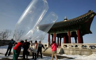 韓國反朝鮮行動人士與脫北者,在2016年3月26日空飄5萬份傳單到朝鮮,以抗議和譴責朝鮮的核試驗威脅。本圖為韓國的反朝鮮活動人士,於2010年1月12日在坡州空飄傳單。(Chung Sung-Jun/Getty Images)