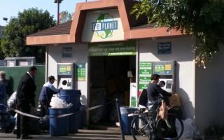 不少華裔移民撿回收瓶子賺外快,一個月最多可換兩千多美元。(徐綉惠/大紀元)