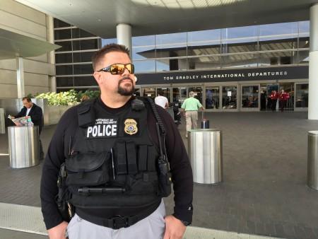 3月22日,一名聯邦國土安全局警官在洛杉磯國際機場國際航站樓前站崗守衛。(李姍/大紀元)