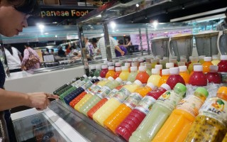 果汁其实含有大量糖分,并非理想的健康饮料。(中央社)