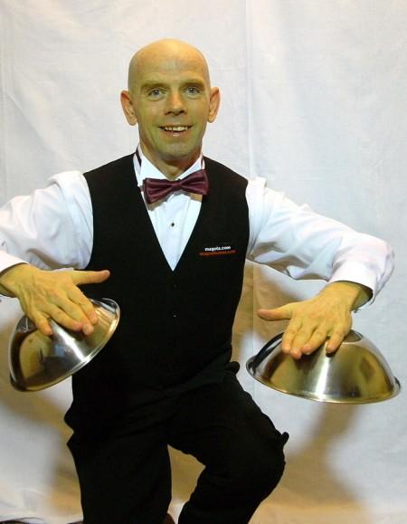 超能力男子米洛斯羅(Miroslaw_Magola),他能以精神功能控制身體吸附物體。(Miroslaw_Magola/維基百科)
