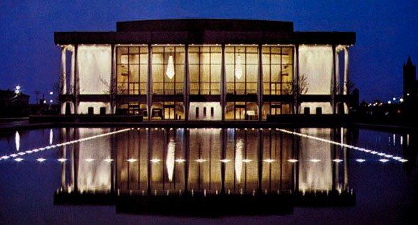 2016年3月26日至27日,神韵艺术团2016年全球巡演将第三度莅临美国维吉尼亚州诺福克市,在该市克莱斯勒音乐厅(Chrysler Hall)进行三场演出。(维基百科)