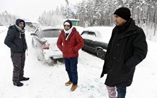 2016年3月23日,布魯塞爾恐襲後,波蘭總理表示,拒絕再接收任何難民,包括早前同意歐盟的七千名難民。而俄、芬也收緊邊境控制。圖為今年初等待從俄羅斯進入芬蘭的難民。(JUSSI NUKARI/AFP/Getty Images)