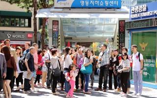 图为中国团体游客在首尔明洞。(全宇/大纪元)
