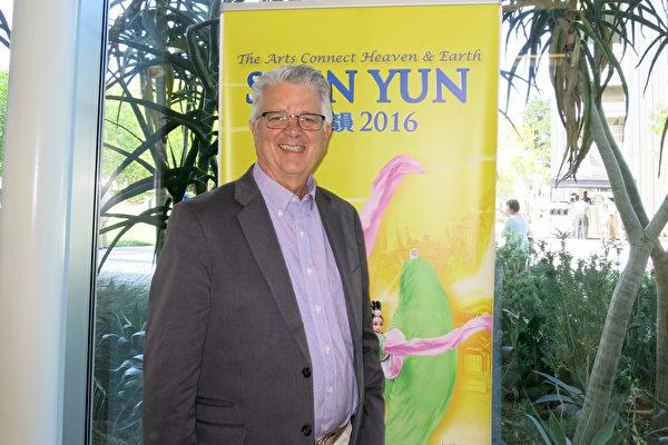 4月20日下午,Jim Meade先生在洛杉矶北岭看完神韵纽约艺术团的演出后表示,神韵会改变中国。(任一鸣/大纪元)