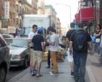 小贩在街头用商品名录招揽外国游客。 (蔡溶/大纪元)