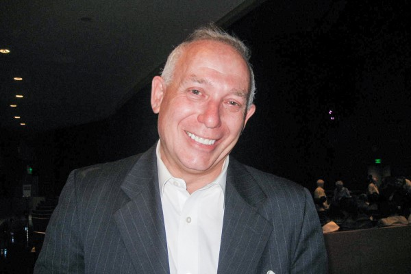 4月20日晚,金融投资公司总裁Igor Zey在美国洛杉矶北岭山谷表演艺术中心观看了神韵纽约艺术团的演出。(李清怡/大纪元)