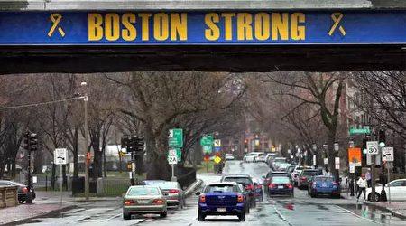 """马拉松赛终点段的联邦大道(Commonwealth Ave)大桥上,也已涂上""""波士顿坚强(Boston Strong)""""。(林安/大纪元)"""