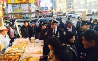 紐約市警109分局局長康福迪(Thomas Conforti)和社區巡警一起走訪法拉盛商家。(陳曉天/大紀元)