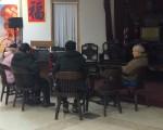 孩子父亲郑祖胜的父母已经从中国来到美国,一家三口昨天在联成公所商讨细节。(蔡溶/大纪元)
