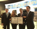綠色建築理事會主席費德瑞茲(左一)給傳奇公司代表頒發LEED白金獎牌。(施萍/大紀元