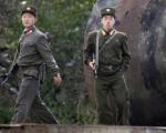 朝鲜侦察总局一名高级军官去年投奔韩国的消息,韩国国防部发言人文尚均今天(11日)在记者会上证实确有其事。图为朝鲜武装军人在中朝边境新义州巡逻。(图片来源:FREDERIC J. BROWN / AFP)