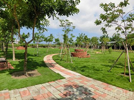 路竹区顶新社区,把杂草丛生的闲置空地变为社区苗圃,营造绿径廊道。(李怡欣/大纪元)