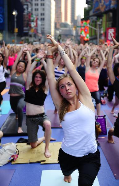 2012年6月20日,美國,紐約:數千名紐約民眾今天平和地走上曼哈頓市中心的時報廣場(Times Square),以大規模的瑜伽活動迎接夏至的來臨。(AFP PHOTO/Emmanuel Dunand)