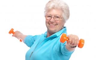 快樂的老年女子啞鈴健身訓練,(圖片來源:Fotolia)